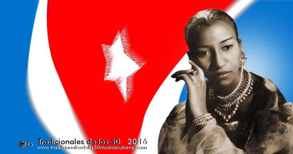 Celia Cruz con la bandera cubana de fondo
