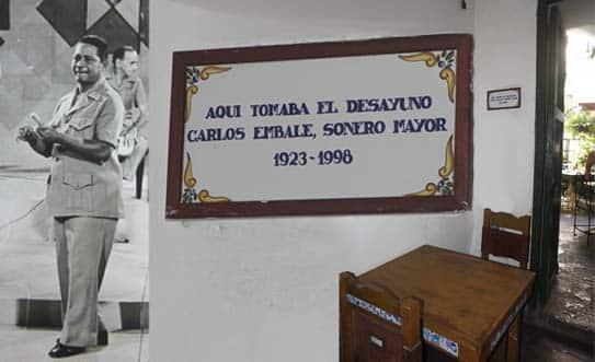 Montaje fotográfico con Carlos Embale en una actuación en la televisión y la tarja que lo recuerda en el Hostal Valencia