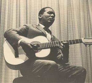 El King en una actuación con su guitarra