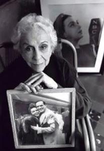 Esther Borja muestra una foto de Lecuona
