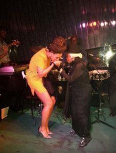 Beyoncé besando la mano de Juana Bacallao en el Gato Tuerto
