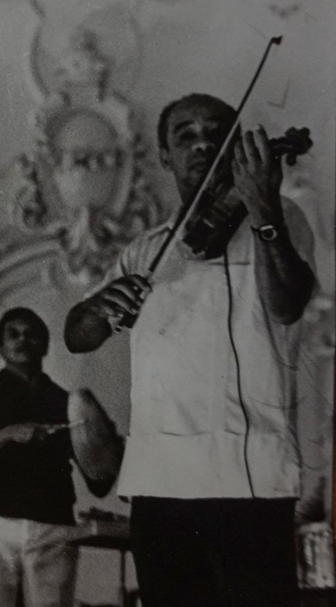 Enrique Jorrín tocando el violín