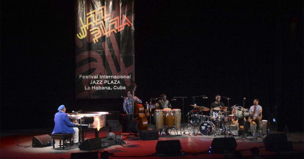 Chucho Valdés y Afro-Cuban Messengers tocando durante el Festival Jazz Plaza 2016