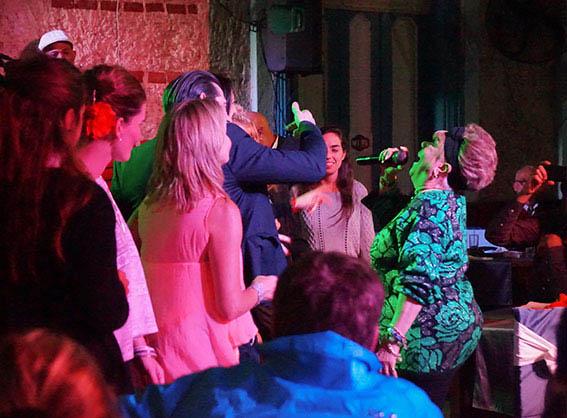 Migdalia Hechavarría singing around the audience