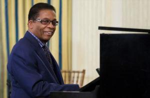 Herbie Hancock sentado al piano