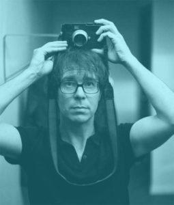 Ben Folds posando con una cámara fotográfica