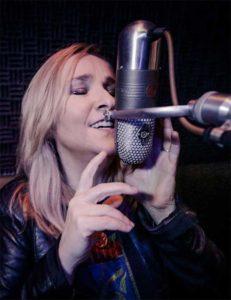 Melissa Etheridge cantando en estudio de grabación