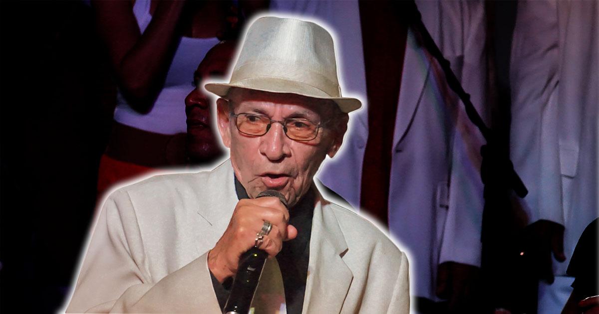 Orestes Macías en una actuación micrófono en mano