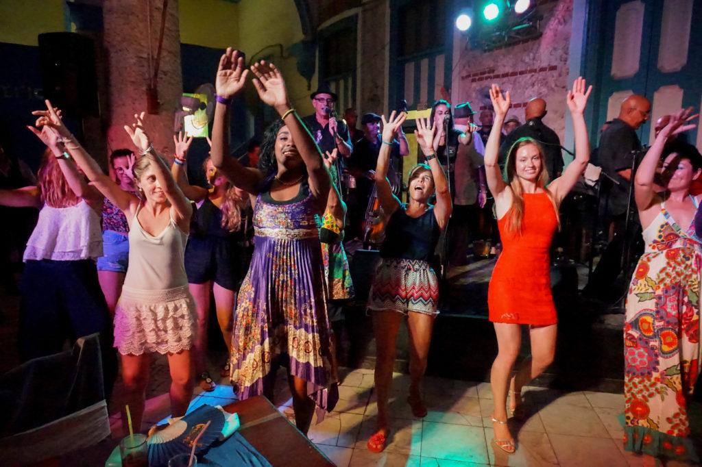 Baile en uno de los lugares recomendados de vida nocturna en La Habana