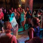 Cantante cubana de sones y guarachas en plena actuación en un centro nocturno de Cuba en 2017