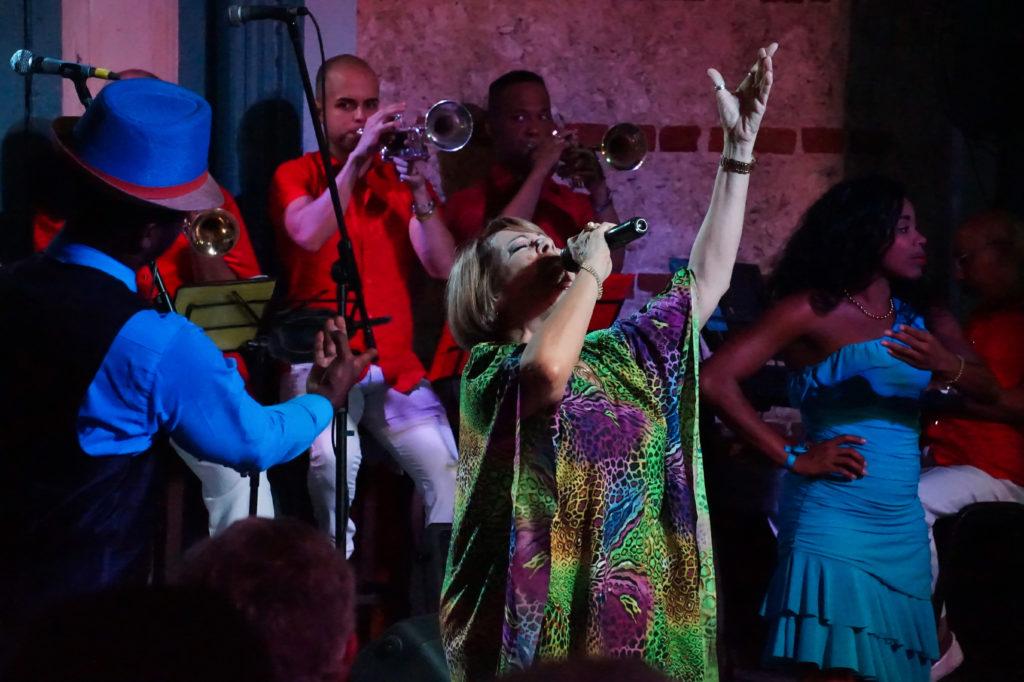 antante cubana junto con la Orquesta Gloria Matancera en la sede de la música tradicional cubana en vivo en La Habana