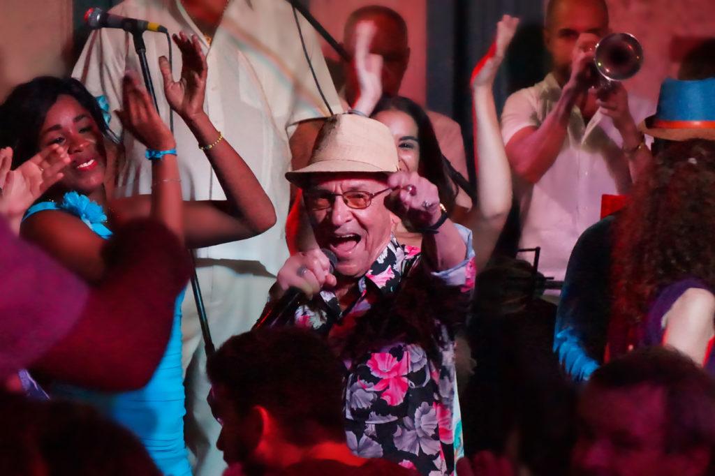 El cantante Orestes Macías durante una presentación en La Habana de música tradicional cubana.