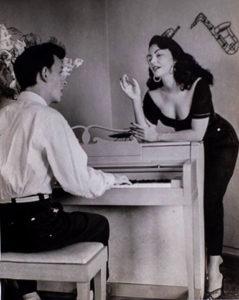 Olga Navarro al lado de Frank Domínguez sentado al piano