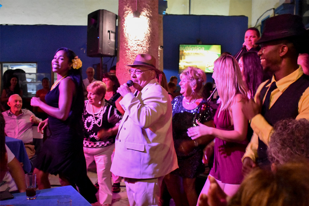 pablo santamaría sings a cuban song