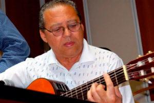 rey montesinos tocando guitarra