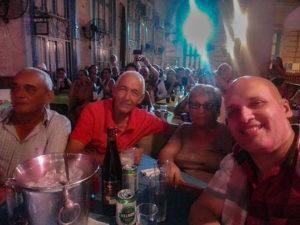 Pedro martínez arcos locutor en ambiente festivo